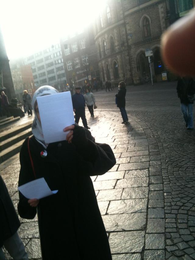 Diese Dame wollte nicht erkannt werden - warum dann nicht Burka statt Kopftuch?